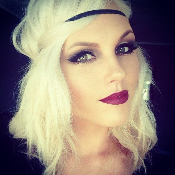 CHIC BLONDE | fall makeup | smokey eye | waves the perfect way to combine red lips with smokey eyes!