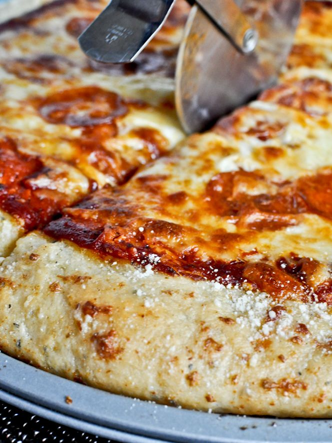 Garlic Bread Pizza Crust - takes pizza to a whole new level I howsweeteats.com