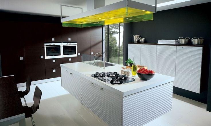 îlot de cuisine blanc neige de design moderne, hotte assortie et sol en parquet contrecollé