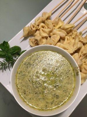 Pinchos de Tortellini con Dip de Pesto cremoso, aperitivo, recetas en español.