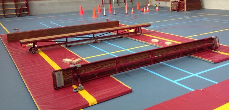 2-2 air hockey op 2 veldjes. 2 kinderen per kant hebben een blokje. Probeer het balletje tegen matrand vd andere partij te spelen. Na 5 pnt nieuwe teams. Het veld kan breder of smaller gemaakt worden.