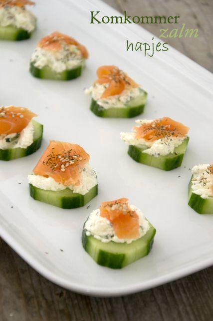 Bereiding Was de komkommer en snijd met een aardappelschilmesje delen van de schil er af zodat er een mooi patroontje ontstaat. Snijd de kom...