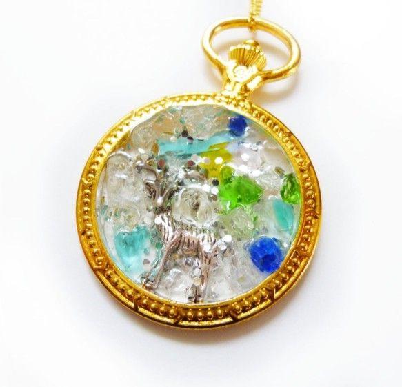 レジンネックレスです。懐中時計の中にガラスと鹿のモチーフが入っています。大きさは、懐中時計が5.5㎝ネックレスは約40㎝です。|ハンドメイド、手作り、手仕事品の通販・販売・購入ならCreema。