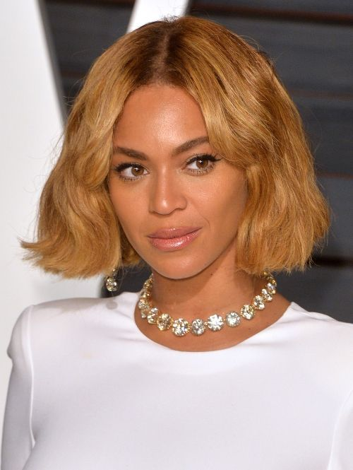 Beyonce Queen B gaat voor een middenscheiding en zachte krullen in haar bob.| ELLE
