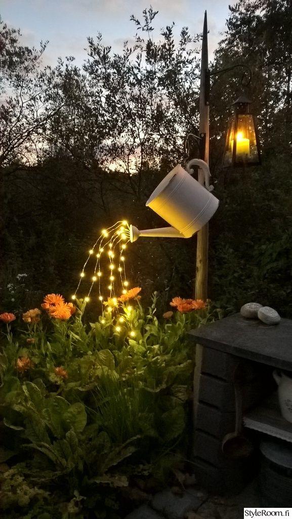 Kun illat pimenee, on ihanaa ripotella valonlähteitä niin sisälle, kuin uloskin <3 Ihanat kesäkukat ovat vielä täydessä kukoistuksessa, joten päätin antaa niille valohoitoa vielä päivän päätteeksi.