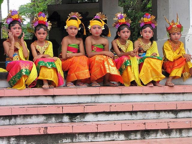 Girls in traditional Balinese costumes. Bali.  www.rudisbalitours.com