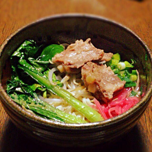 沖縄フェアで麺とスープを買って、豚軟骨をソーキっぽく煮たのをのっけて完成✨ めっちゃ美味しい☻ - 20件のもぐもぐ - 沖縄そば〜♪ by ayamen