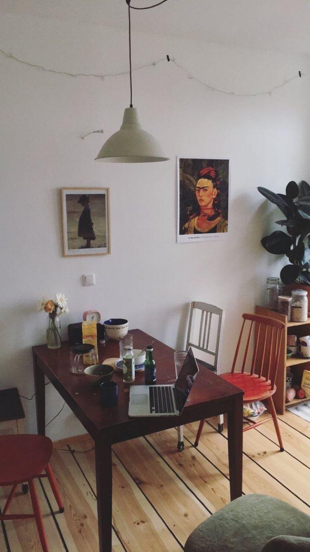 Eklektische Einrichtung Einfache, nicht übereinstimmende, vielseitige weiße Wände, Kunst, gek…