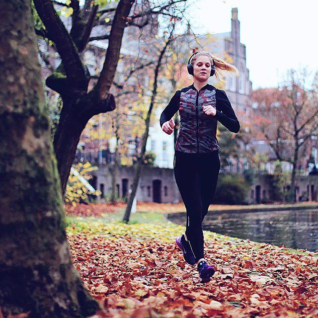 Ik wil dat dit boek wordt zoals ik het in gedachte heb. Ik ben al bezig met het eindresultaat. Terwijl ik eigenlijk gewoon kleine stappen in de juiste richting moet zetten. Al die stappen tezamen vormen straks een marathon op 28 november. En op 1 december vormen alle woorden die ik nu schrijf een boek. #linkinbio #dagboekvaneenmarathonloopster