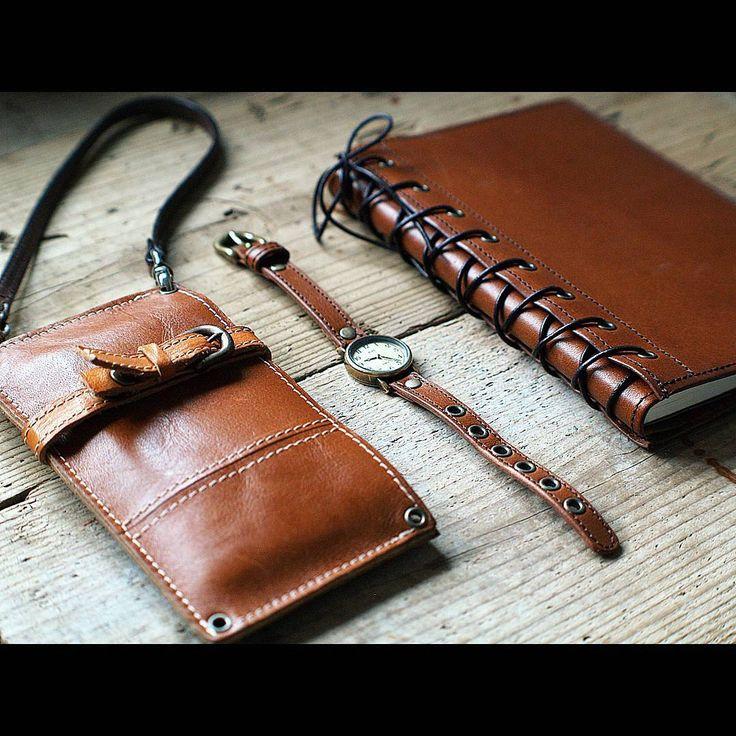 同じ革で身の回りのアイテムを揃えるの、いいですよ♪  #leather #leathergoods #leathercraft #leatherwork #watch #belt #smartphonecase #leatheritem #handmade #handwork #革 #革小物 #レザークラフト #栃木レザー #腕時計 #ベルト #スマホケース #スマートフォンケース #手帳カバー  #暮らし #ライフスタイル #ハンドメイド