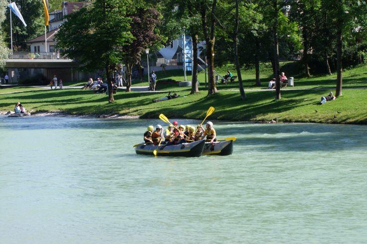 Eine #Floßfahrt oder Rafting auf der #Isar ist ein echtes Highlight für einen #Aktivurlaub oder #Familienurlaub in #Bad_Tölz.Auch für #Gruppenreisen ist dies ein toller Tipp für einen Abenteuertag in #Oberbayern.