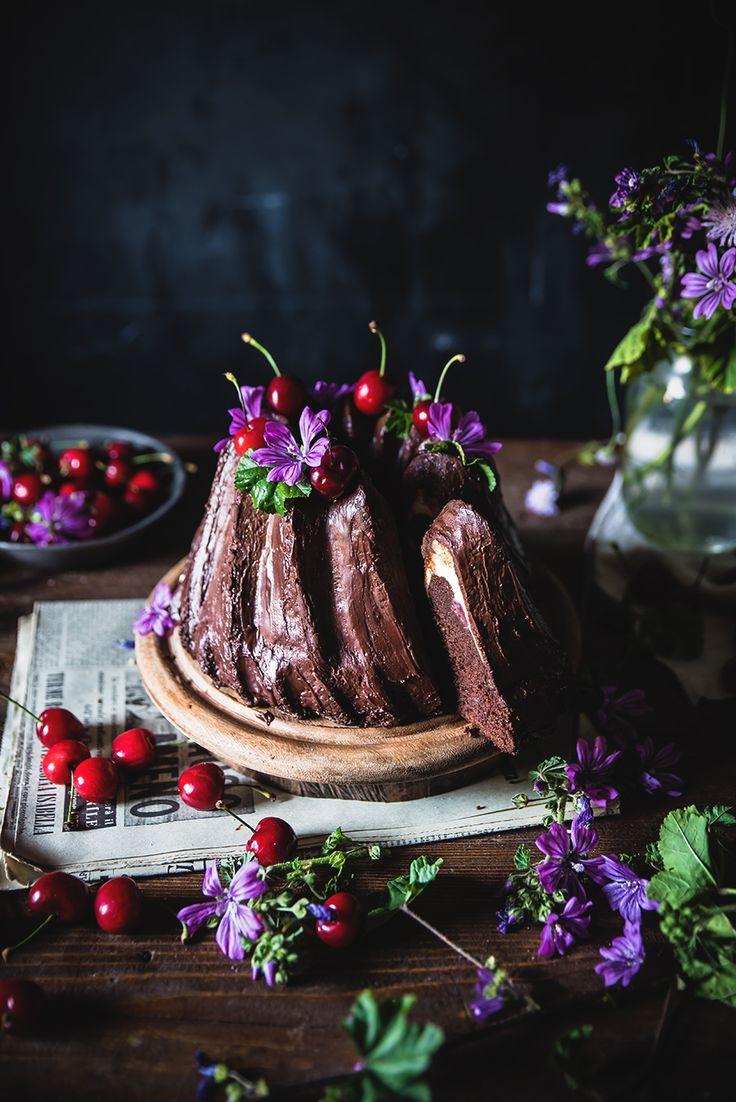 Ciambella Cheesecake al cioccolato con ciliegie- Chocolate Cream Cheese Bundt Cake - Frames of sugar-Fotogrammi di zucchero