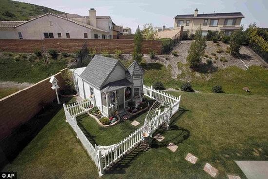 Tammy Kassis built  a $20,000 small replica of her house for her two Yorkies and one Pomeranian. The doggie mansion has hardwood floors, vaulted ceilings, central heating and air-conditioning.  ------ whaaaaaaattt???