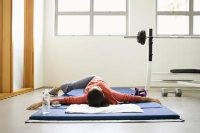 Chest stretches may help to alleviate mid-back pain.