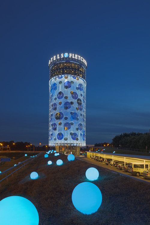 De blauwe kleur en ronde ramen maken het Fletcher Hotel Amsterdam tot een opvallende verschijning langs de A2. Voor het ontwerp tekende Benthem Crouwel Architects, het architectenbureau dat ook de uitbreiding van het Stedelijk Museum verzorgde. www.hotels.nl