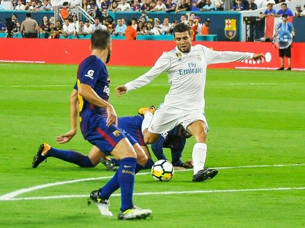 Mateo Kovacic scores in the first half of the Real Madrid vs Barcelona International Champions Cup friendly match at Hard Rock Stadium in Miami, Florida, on July 29, 2017. / AFP PHOTO / GASTON DE CARDENAS