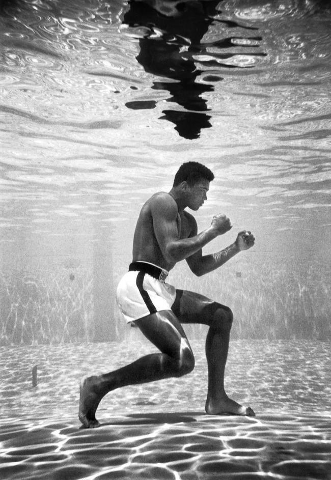 Muhammad Ali  Le boxeur photographié en plein entraînement sous marin. Cette photo date de 1961.