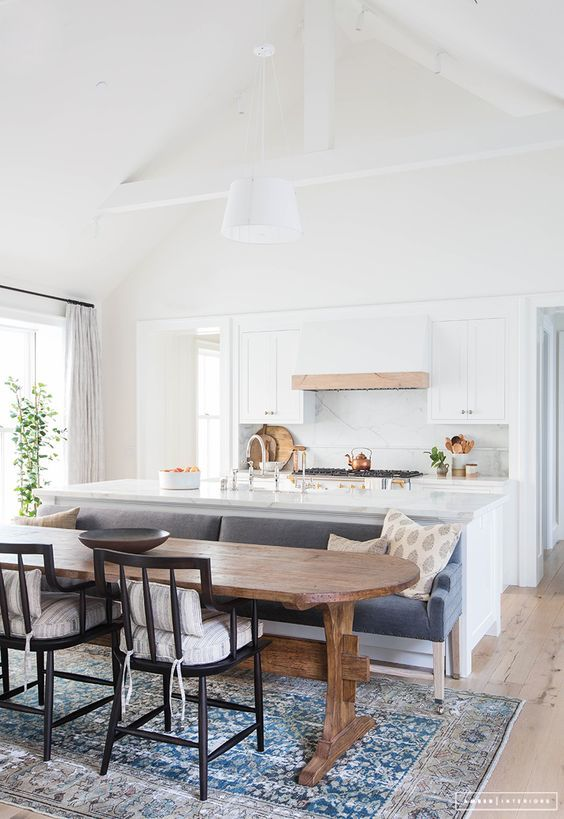 Tapetes persas, turcos, em fibras naturais ou contemporâneos colorindo os pisos das cozinhas são uma tendência no mundo, e só não percebeu ...