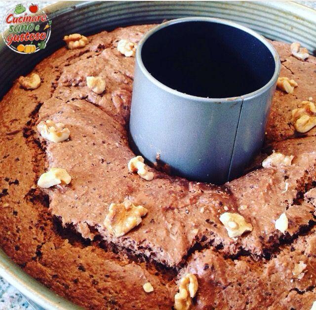 Torta di noci e cioccolato fondente senza zuccheri aggiunti. Senza burro, latte e uova. Incredibilmente soffice e golosa ma più leggera, vi sorprenderà !