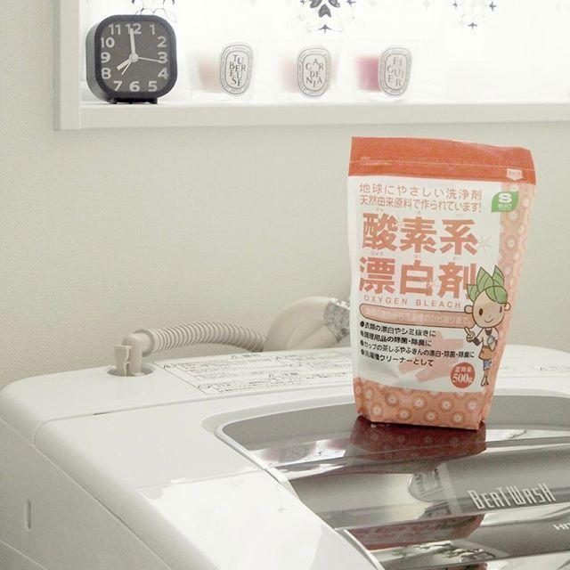 Instagram media by maynum00 - ・ お昼休みからこんにちは(〜 ̄▽ ̄)〜 ・ おひさしぶりの #洗濯機ピロピロ研究会 です笑 ・ 使用する水の温度が大事! アチチ!ぐらいのお湯で( *˙ω˙*)و ・ ということで一件落着した、洗濯機のカビ取り。 ・ もうよかろうさ、と前回postしなかったら いつやったかまんまと忘れたので← 記録用に失礼します( ・ᴗ・̥̥̥ ) ・ ちなみに 塩素系漂白剤は、ピロピロを溶かし 酸素系漂白剤は、ピロピロを剥がす ・ とゆーことで 私は1ヶ月半毎に、交互に使うことにしました♥ ピロピロ見たいし(笑) ・ ドラム式の方は塩素系のがおすすめみたい( ˙▿˙ )σ ・ 酸素系のが地球には優しいみたいなんだけどねっ🌎 ・ そして界面活性剤入りであれば、アワアワ祭りが楽しめます。笑 お好みで、、 ・ 以上 卒業レポートでした(`・ω・´)ゞ笑 ・ #掃除 #洗濯機掃除 #洗濯機 #カビ取り #モノトーン #monotone #ホワイトインテリア #whiteinterior #白黒 #白黒インテリア…