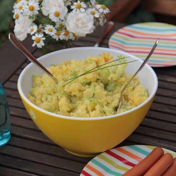 Ein säuerlich erfrischender Kartoffelsalat - perfekt für heiße Sommertage. Dazu essen wir warme Wiener Würstchen, Gegrilltes, Backfisch oder Rührei.