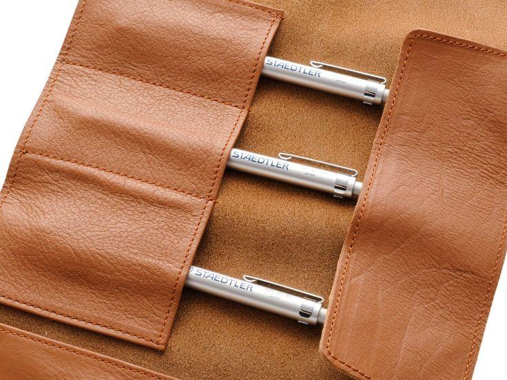 STAEDTLER ステッドラー レザーペンケース キャメル 900 LC-CA やわらかい牛革を贅沢に使用しサイズと質感に徹底的にこだわったSTAEDTLER ステッドラー レザーペンケースはシンプルなデザインとベーシックなカラーで、筆記具や描画用品など幅広い用途に活用できるマルチなペンケースだ。 仕切り付タイプの為、使いやすい様にアレンジが可能。区分けがしっかりできているので、必要なペンや文房具を、すぐに取り出すことができる。ポケットは下に3つ。左に定規など収納が可能なポケットも付いている。 http://dstationery.com/?pid=92128395