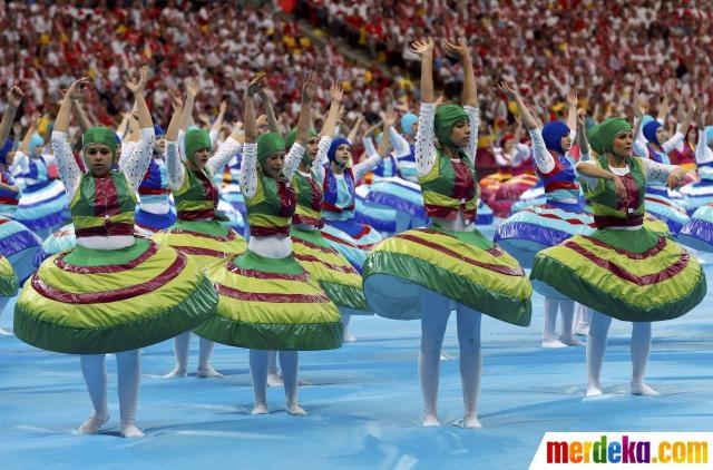 Para penari menggunakan pakaian berwarna warni