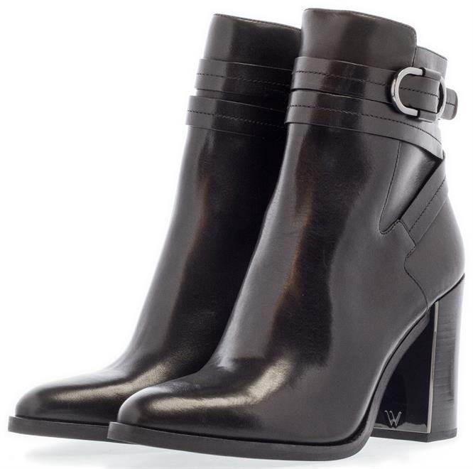 What For   Deze lakleren enkellaarsjes zijn helemaal in deze winter. Combineer ze met een jurkje of met een mooie broek. We love them. En het beste? Ze zijn nu in de sale! Shop ze door op de foto te klikken.  #WhatFor #What #For #dameslaarzen #laarzen #boots #lakleer #gespen #enkellaarzen #SALE