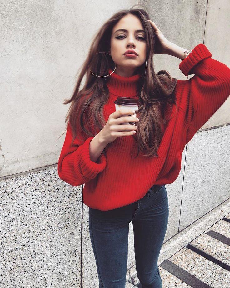 Un superbe sweater a manche longue  Rouge  avec un jeans leggings wow parfait  avec des cheveux bouclée et des anneaux en or pou