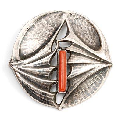 FONS REGGERS 1886-1962 - Geciseleerd zilveren broche met cabochon geslepen bloedkoraal ontwerp uitvoering Gebr Reggers / Amsterdam 1925-1934