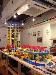 都電荒川線の荒川遊園地前駅の近くに鉄道ファンにはおすすめのカフェKOTETSUがあります 青と白の爽やかな外観のカフェなんですが店内にはプラレールのレールが沢山 特にお店に入ってすぐにあるプラレールのタワーは圧巻(@_@) また階にはゲームセンターでお馴染みの電車でGOのゲームまであるんですよ お子さん向けのメニューが充実しているので家族で行ってみてくださいね  #東京 #都電荒川線 #カフェ #グルメ #鉄道 #ランチ tags[東京都]