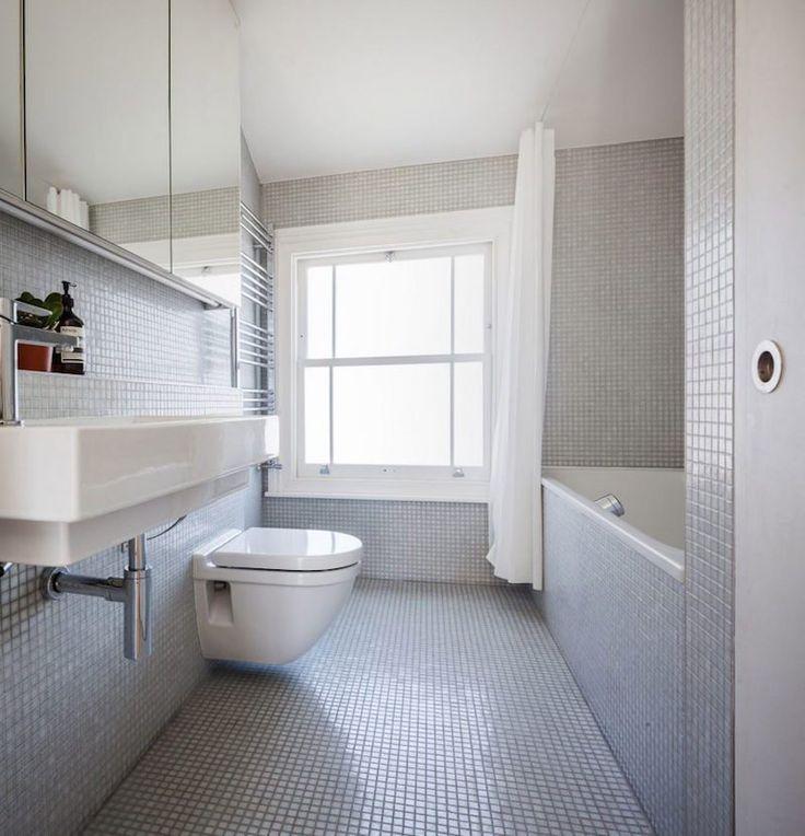 salle de bain en mosaique gris perle avec sanitaire blanc