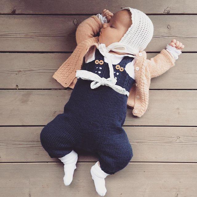 Dagens Anna  #mygirl #babystrikk #babyknits #strikkedilla #strikkemamma #iloveknitting #knittingaddict #instaknit #ullergull #strikkibruk #barnestrikk #klompelompe #nøstebarn #trultemorbuksedress