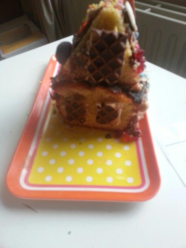 snoephuisje knibbelknabbel huisje cake snoep koek glazuur van chocopasta of aardbeien