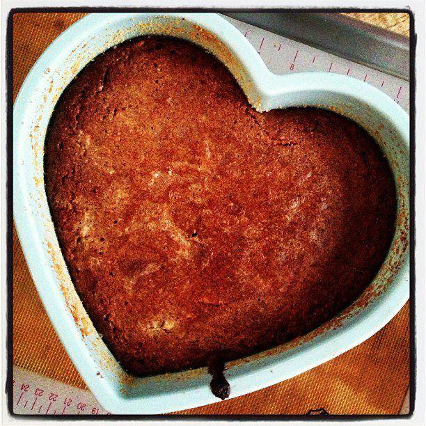 Isso é um dos melhores bolos que eu fiz últimamente! Humido e firme no mesmo tempo. Cheio de sabor! E com poucos carboidratos… Eu quis tentar fazer um bolo não só sem glutene açucar, mas tam…