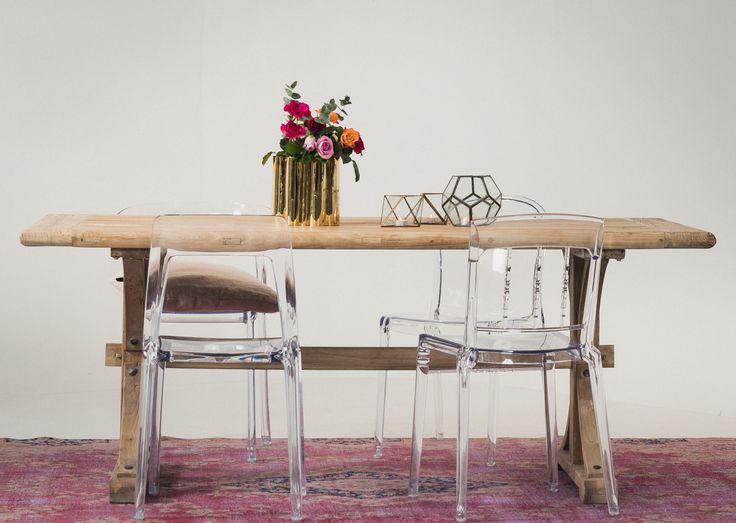 Rustikt matbord i trä Bävern, transparenta plaststolar Labradoren, Boxern, Mopsen, rosa vintagematta. Plaststol, transparent, köksstol, stol, bord, köksbord, matsal, matta, vintage, täbord.