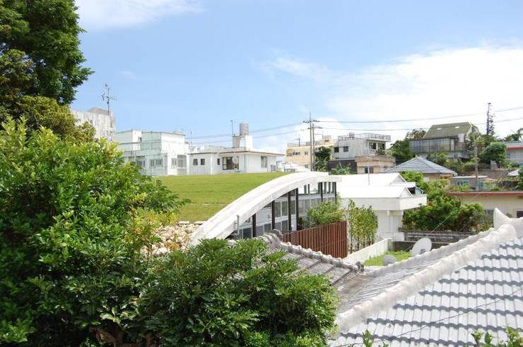 屋上緑化した屋根: Atelier Neroが手掛けたアジア家です。
