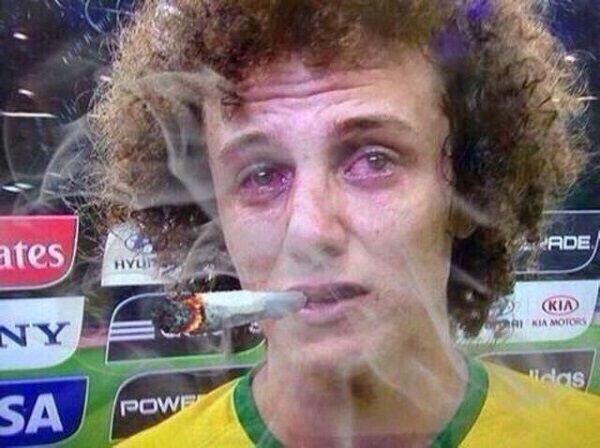 Obrońca Paris Saint Germain pali trawę i ma czerwone oczy • David Luiz pali gibona przed kamerą telewizyjną • Wejdź i zobacz obrazek >> #luiz #memes #football #soccer #sports #pilkanozna #funny