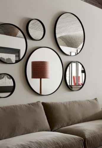 Pour ce salon, c'est l'accumulation de miroirs qui prime mais tous de la même forme : ronde ! Un effet design apaisant.