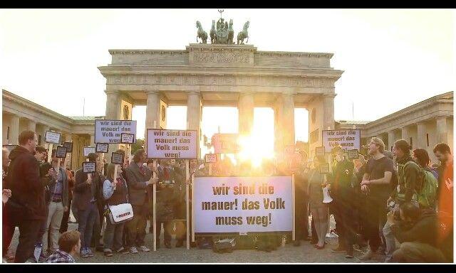 Wir sind das Volk ä die Mauer und das Volk muss weg!