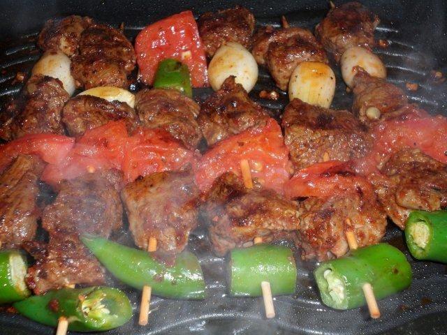 Das perfekte Lammspieße (Türkische Art)-Rezept mit Bild und einfacher Schritt-für-Schritt-Anleitung: 1. Das Lammfleisch von Fett und Sehnen befreien und…