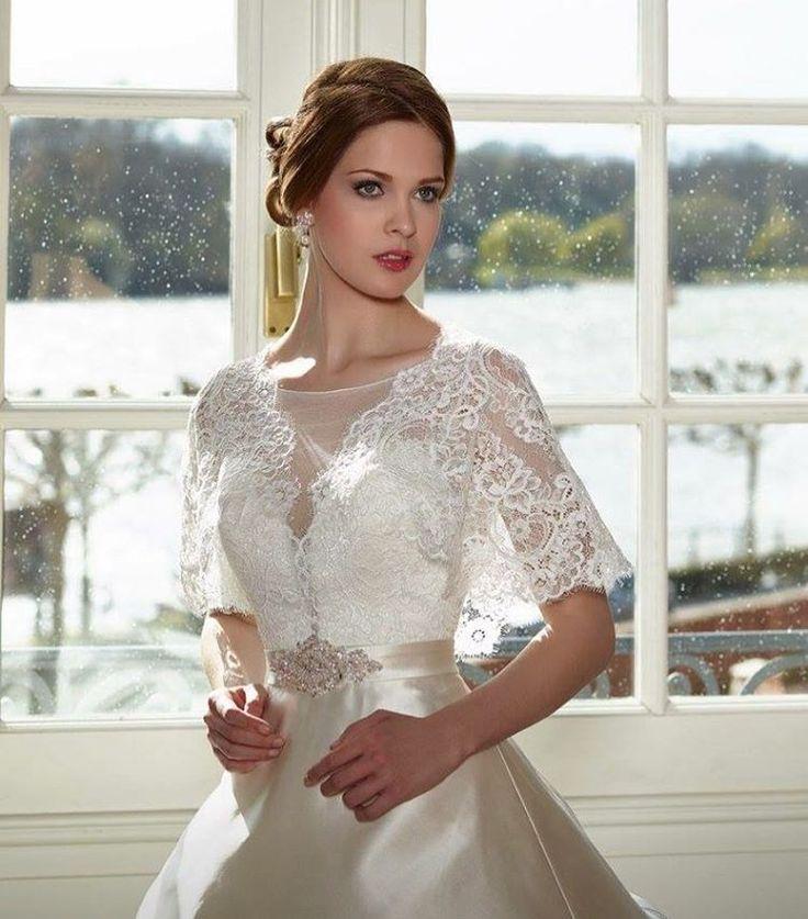 """For bruden som ønsker en annerledes kjole���� Denne skjønne kjolen er fra Diane Legrand. Jeg har den i str 42 i ivory. Den har et nydelig satin skjørt og en """"blondecàpe"""" som overdel. Superskjønn������ @officialdianelegrand #drømmekjolenbrudesalong #dianelegrand #officialdianelegrand #brud#bride#norge#norway#ido#kjole#happywifehappylife #wedding#bryllup#vennesla #hunsfosnæringspark #loveit http://gelinshop.com/ipost/1521722791643897992/?code=BUePtEKjOCI"""