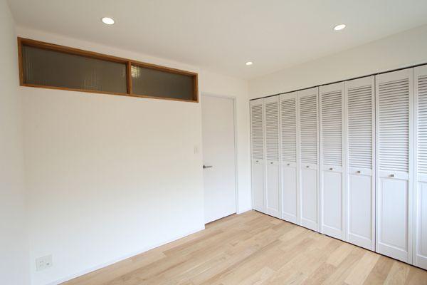 ベッドルームのクローゼットはこれがイメージです。ルーバー扉