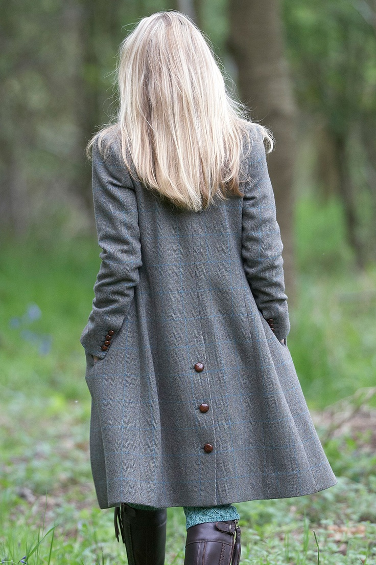 Gray knee long coat with button details on the back, lovely.