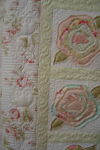 Still thinking about the Shabby Roses pattern that frays the roses when washed. I think this would be great use for my Fig Tree scraps. ( Pieced by Sean Davy. Quilted by Jessica's quilting studio ).
