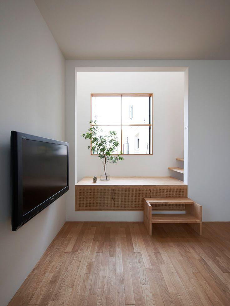 微妙な高低差が魅力的な場所を生み出す家。窓のディテールが秀逸。様々な手法を混在させながらも統一感がある。