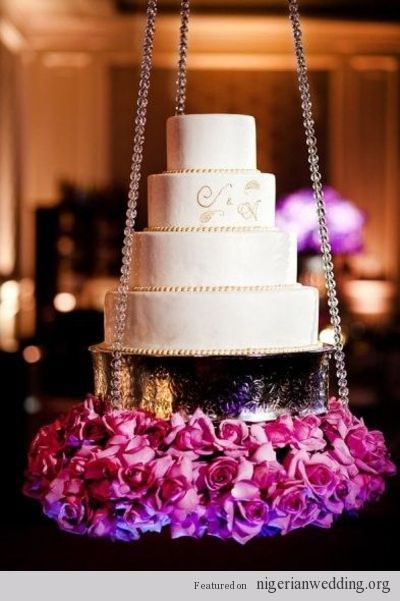 Torta de boda suspendida, decorada en su base con rosas. #DecoracionBoda