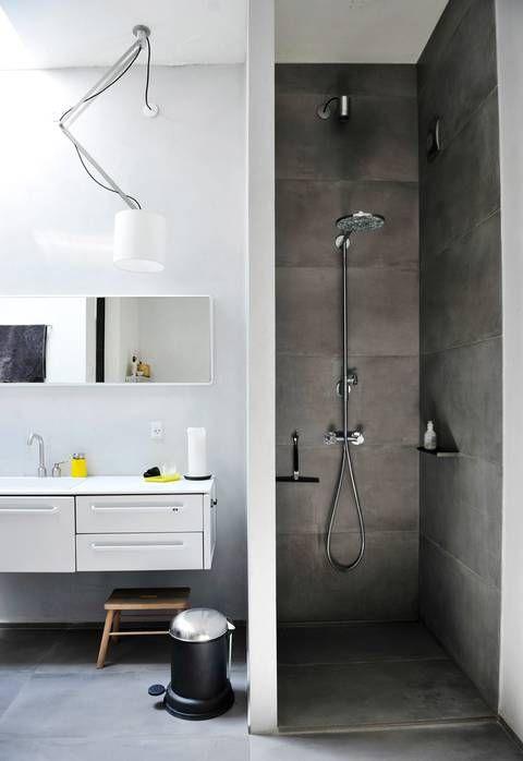 ENKEL PALETT: Baderommet har overlys og dusjhjørne, og er som resten av interiøret holdt i grått og hvitt. Lampen Nomad er fra Modular lighting instruments. Baderomsmøbelet, speilet, pedalbøtten og såpedispenseren er fra Vipp.