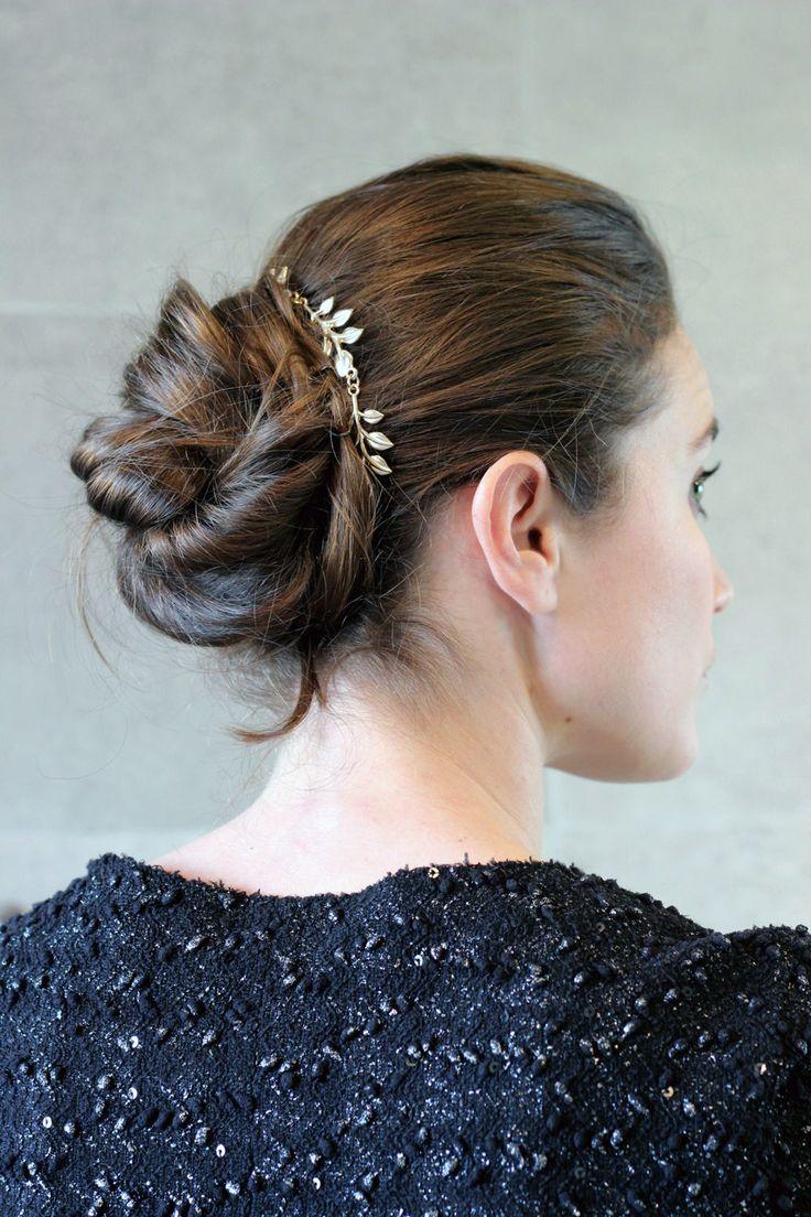 superbe chignon avec un bijoux de cheveux pour chignon en m tal dor et des plume d 39 or. Black Bedroom Furniture Sets. Home Design Ideas