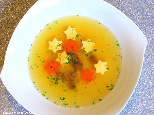 Eine leichte, klare Suppe ist die perfekte Vorspeise zu Weihnachten. Sie kann prima vorbereitet und auch eingefroren werden.     Ihr benötigt: Suppe: ♡ 1400 g Wasser ♡ 1 TL…